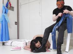 Молодая секс рабыня делает глубокий минет и даёт отпердолить в анал
