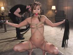 Связал азиатскую секс рабыню с маленькой грудью и отпердолил в анал