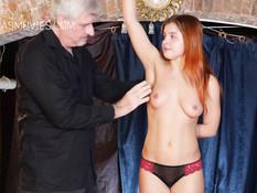 К голой рыжей русской девушке прицепили прищепки и выпороли плетью