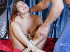 Рыжую русскую секс рабыню связали верёвками и отшлёпали по заднице