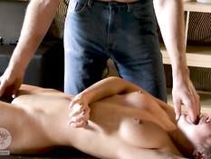 Связанная рыжая русская тёлка громко орала во время жёсткого секса
