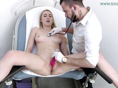 Грудастая украинская блондинка мастурбирует в кабинете у гинеколога
