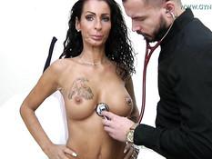 Гинеколог довёл до оргазма сисястую зрелую даму с тату и пирсингом