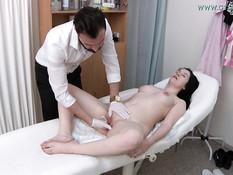 Мужик гинеколог подрочил вибратором клитор молодой чешской брюнетке