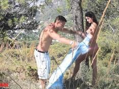 Молодая русская шатенка трахается с бойфрендом в горах возле обрыва