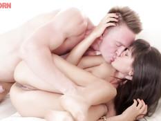 Он отпердолил русскую девчонку во все дырки и заполнил анус спермой