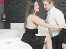 Молодая русская подруга приняла душ и повела своего парня в спальню