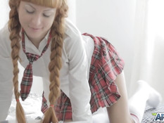 Светловолосая русская студентка с косичками ебётся с двумя парнями