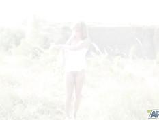 Голубоглазая молодая блондинка в чулках мастурбирует клитор в поле
