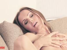 Красивая русская блондинка снимает розовое бельё и мастурбирует писю