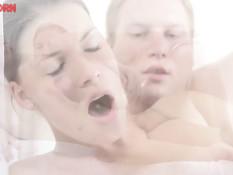 Оттрахал русскую подругу на кровати и полил спермой её бритую киску