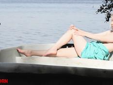 Милая русская блондинка села в лодку и принялась мастурбировать писю
