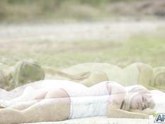 Две молодые русские лесби блондинки занимаются любовью на природе