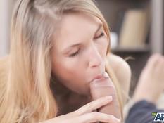 Кавалер отпердолил молодую русскую блондиночку в вагину и узкий анус