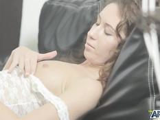 Едва проснувшись худая девчонка соблазнила своего бойфренда на секс