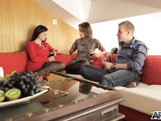 Он пригласил в гости двух красивых русских подруг и отымел на диване