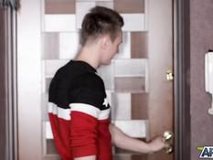 Пригласил в гости юную русскую шатенку и отодрал в волосатую письку