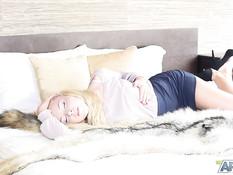 Красивая русская блондинка снимает кружевные трусики и ласкает киску