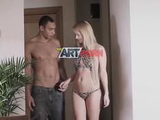 Красивая русская блондиночка занимается любовью с темнокожим парнем