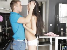 Парень угостил чаем худую русскую девчонку и отымел в киску на кухне