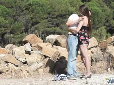 Худая русская девушка на каменистом пляже занимается сексом с парнем