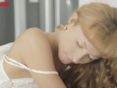 Кудрявая русская блондиночка мастурбирует киску и трахается с парнем