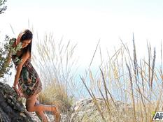 Стройная русская девушка мастурбирует киску на горе с видом на море