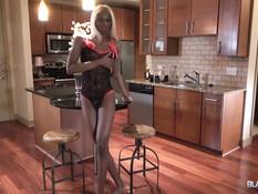 Стройный темнокожий транс со светлыми волосами мастурбирует свой хуй