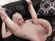 Молодая голубоглазая блондинка отпердолена в анал на порно кастинге