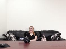 Блондиночка с пирсингом сосков отпердолена в анал на порно кастинге