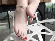 Сиськастая блондинка подрочила член ногами и дала отпердолить в анал