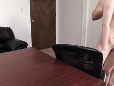 Странная рыжая девушка отпердолена в киску и анал на порно кастинге