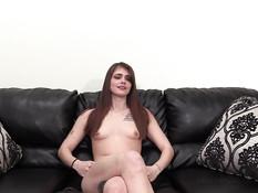 Худая девка с пирсингом сосков на кастинге отпердолена в кису и анус