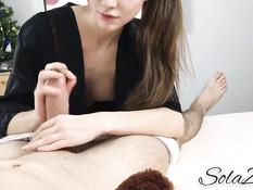 Длинноволосая русская девка расстегнула халатик и стала дрочить хуй