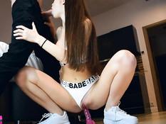 Очкастая русская девчонка сосёт у парня член и насаживается на дилдо