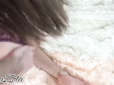 Русская брюнетка в кружевных трусиках делает минет и глотает сперму