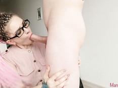 Очкастая розововолосая русская девка высасывает всю сперму из члена