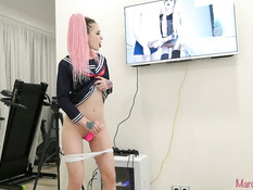 Русская девчонка с косичками смотрит порно и мастурбирует вибратором