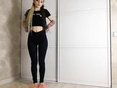 Милая русская девка с косичками насаживается киской на фаллоимитатор