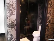 Белый мужчина отодрал в ванной зрелую негритянку со стройной фигурой