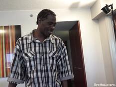 Темнокожий мужчина отодрал беременную белую блондинку и её подружку