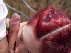 Кавалер сделал куни рыжей девке с косичками и отымел в анал на улице