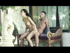 Длинноволосая девица снимает купальник и ебётся с парнем возле дома