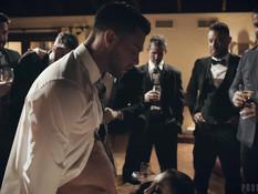 Молодую шалаву в розовом платье отодрали и обкончали в мужском клубе