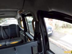 Водитель такси отодрал на заднем сиденье сисястую русскую блондинку