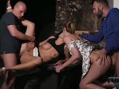 Две молодые парочки любители свинг секса трахаются под ночным небом