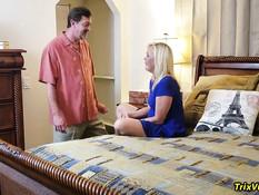 Две пожилые пары занялись свинг сексом на большой кровати в спальне