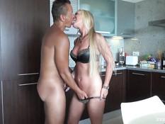 Любвеобильный свингер на курорте ебёт двух сисястых зрелых блондинок
