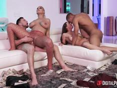 Две грудастые женщины за деньги занимаются сексом с двумя мужчинами