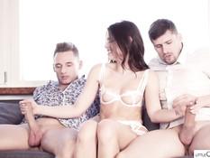 После стриптиза красивая чешская девка ебётся сразу с двумя парнями